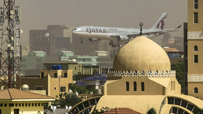 A Qatar Airways plane prepares to land at Khartoum International airport © ASHRAF SHAZLY/AFP via Getty Images)