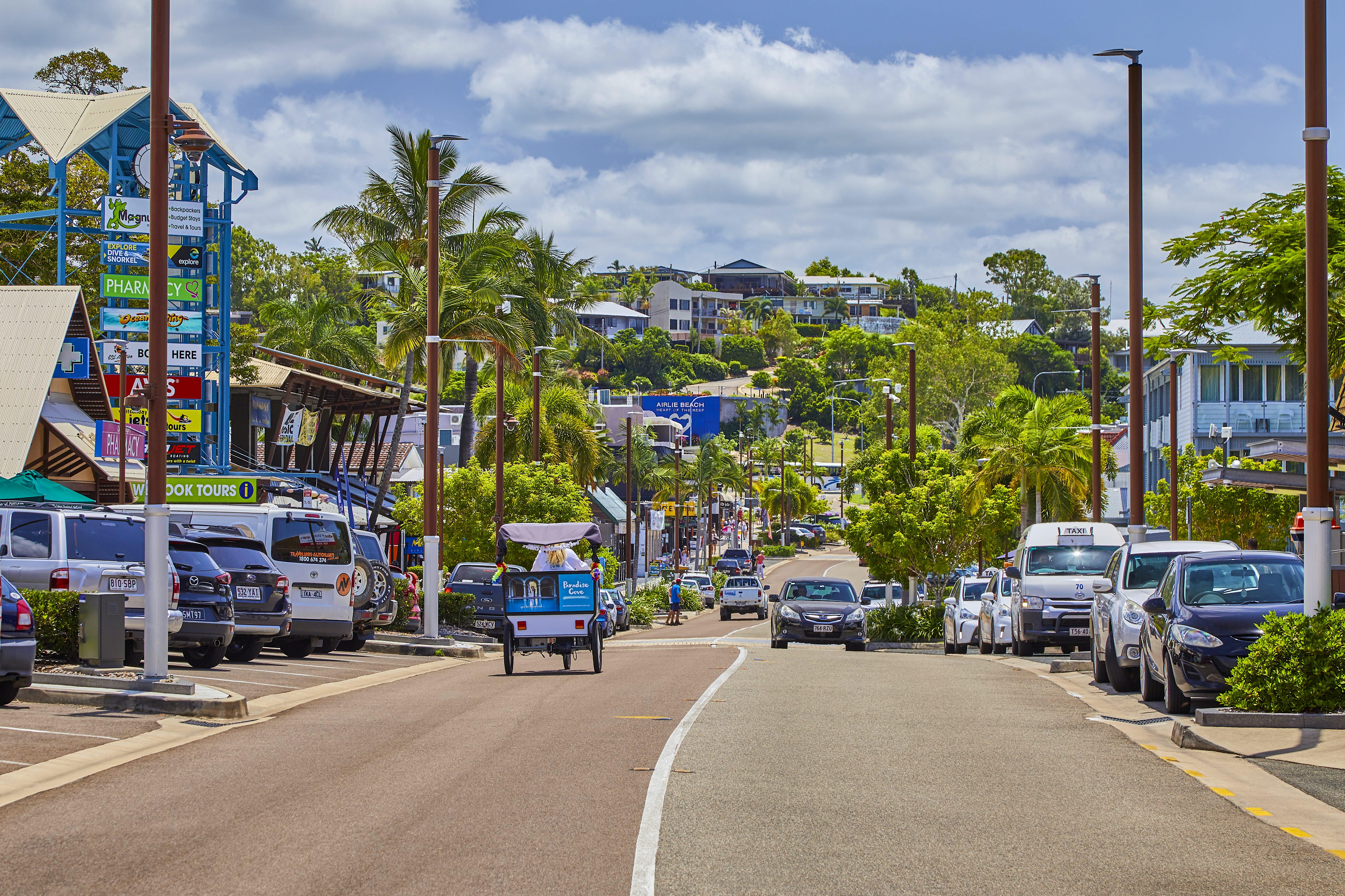 Main street ob Airlie Beach in Queensland, Australia