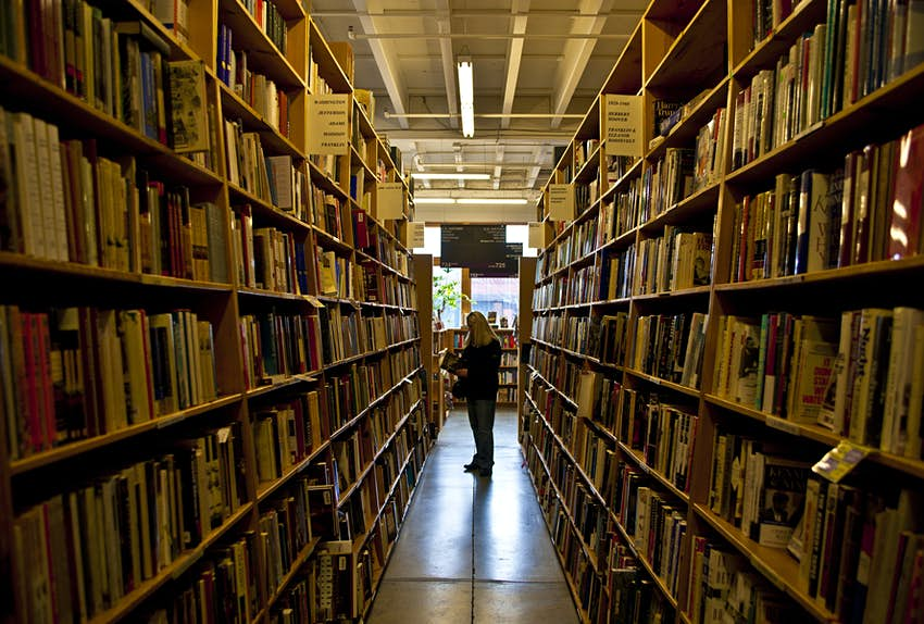 Reihen von Bücherregalen in der Powell Library in Portland, Oregon