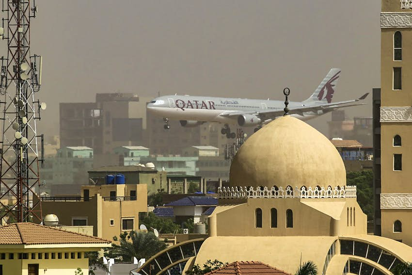 A Qatar Airways plane prepares to land at Khartoum International airport © ASHRAF SHAZLY/AFP via Getty Images)