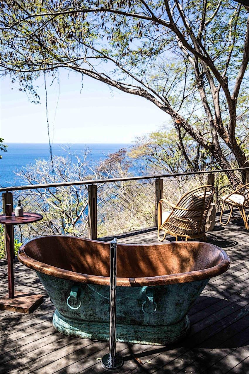 Bañera de latón al aire libre en el bosque tropical