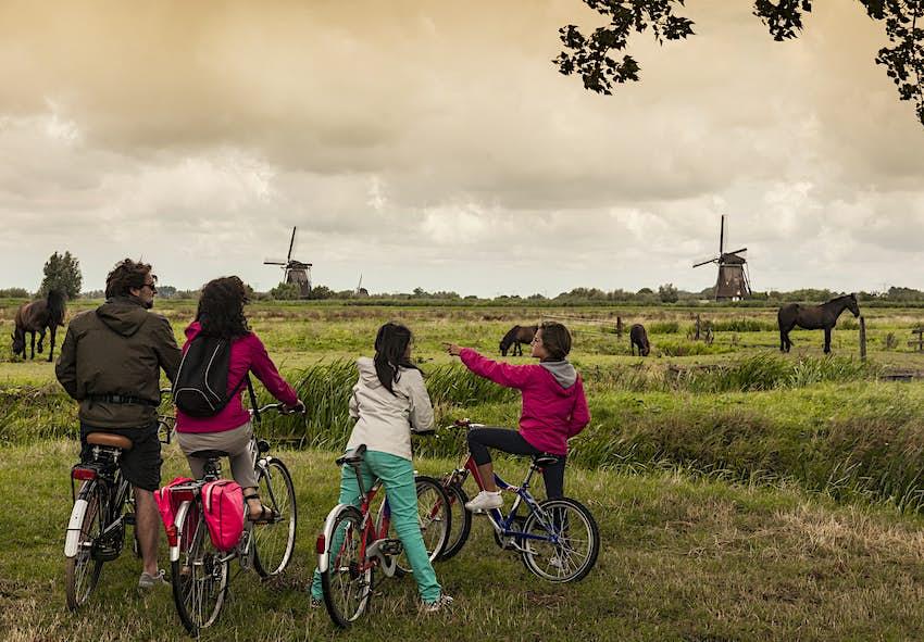 Family with two children on bikes, Kinderdijk, Olanda, Amsterdam