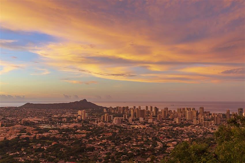 USA, Hawaii, Oahu, Puu Ualakaa State Park, View from Tantalus Lookout to Honolulu and Diamond Head at sunrise
