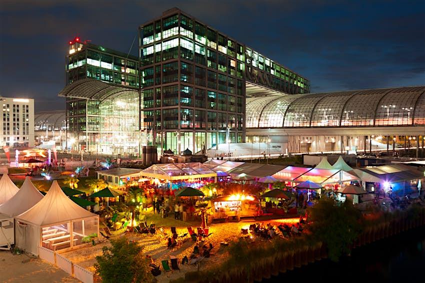 Einer der beliebtesten Strandclubs in Berlin vor dem Hauptbahnhof.