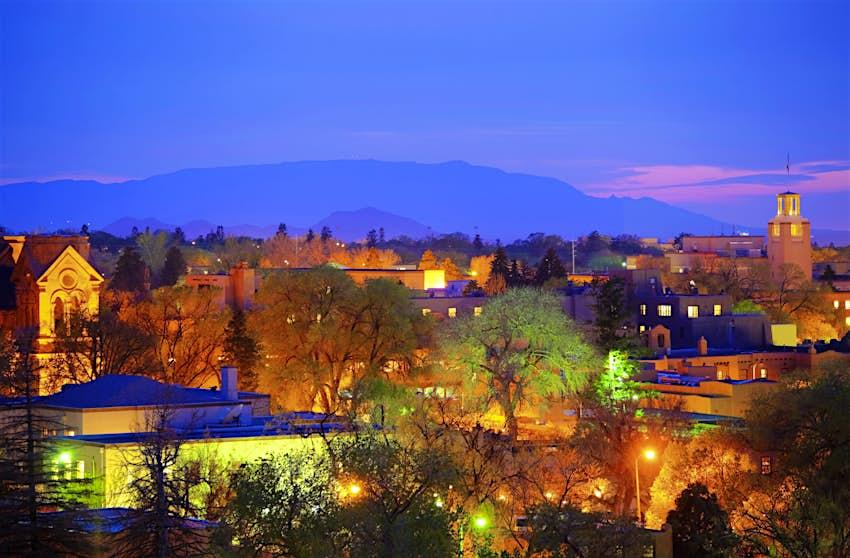 Las luces se encienden mientras el sol se pone sobre el centro de Santa Fe