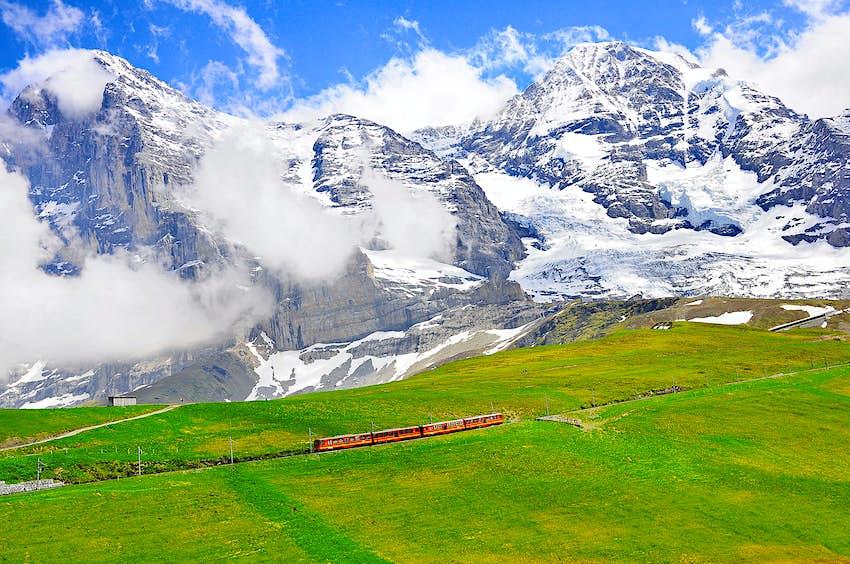Ein Zahnradzug vom Bahnhof Jungfraujoch auf dem Weg zur Kleinen Scheidegg