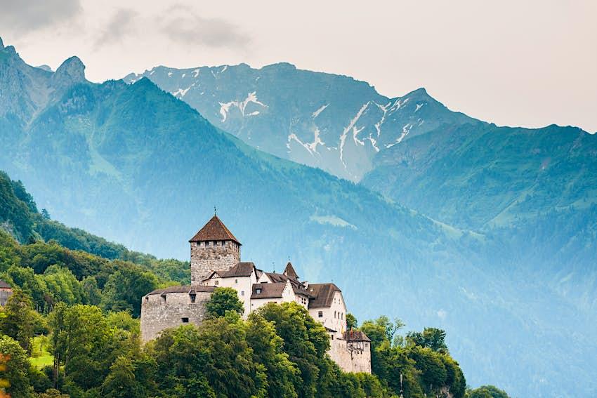 Nahansicht der Burg Vaduz und der Alpen, Liechtenstein