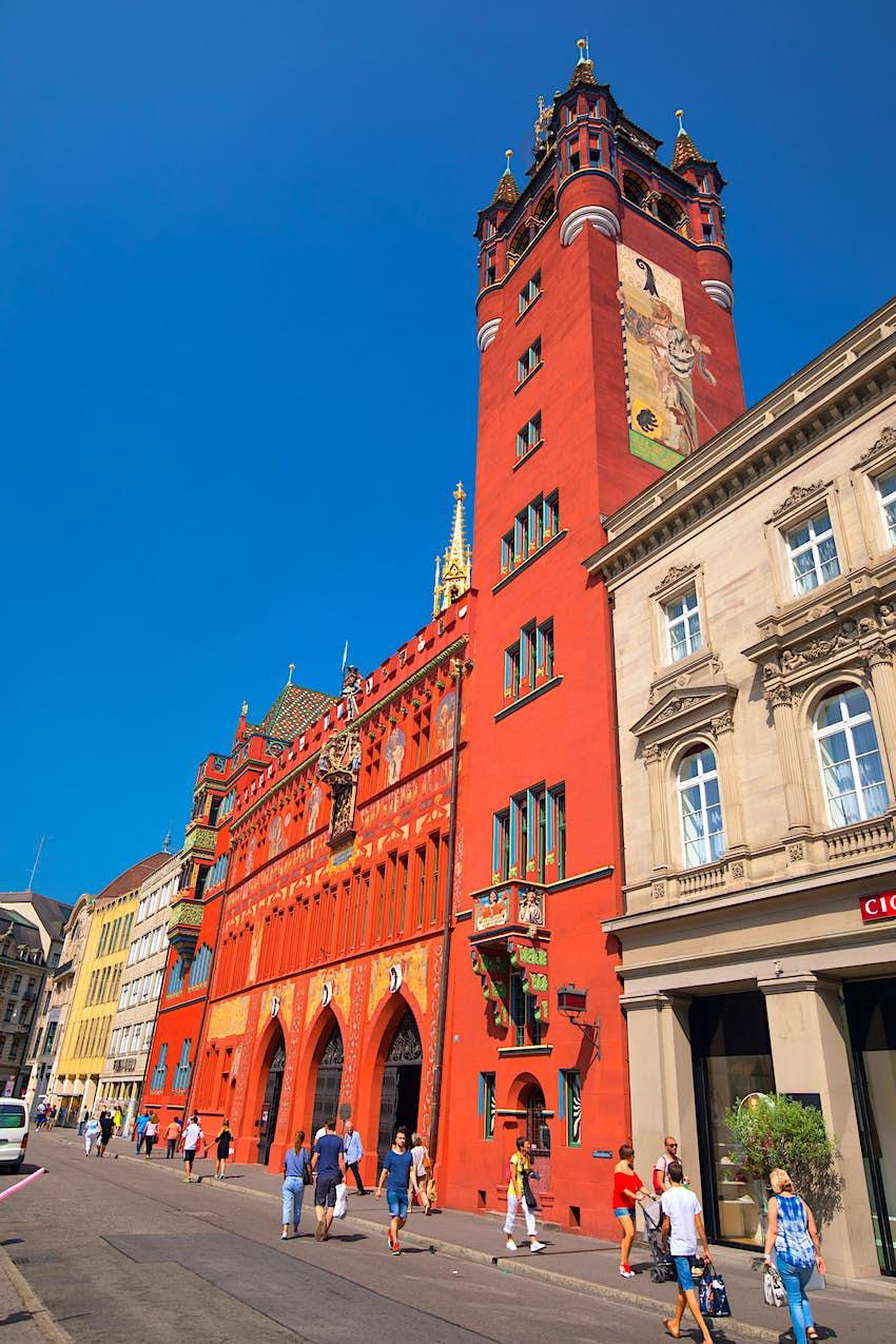 Das leuchtend rote Basler Rathaus bei Rhein