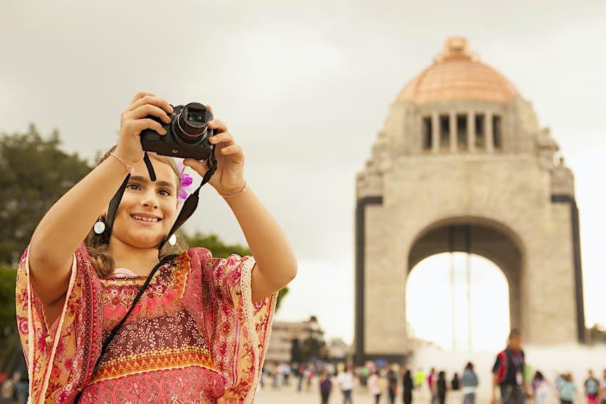 Chica de raza mixta tomando fotos en las calles de la ciudad, Ciudad de México, Distrito Federal, México