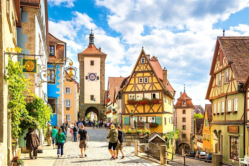 Fachwerkhäuser und Uhrturm in Rothenburg ob der Tauber