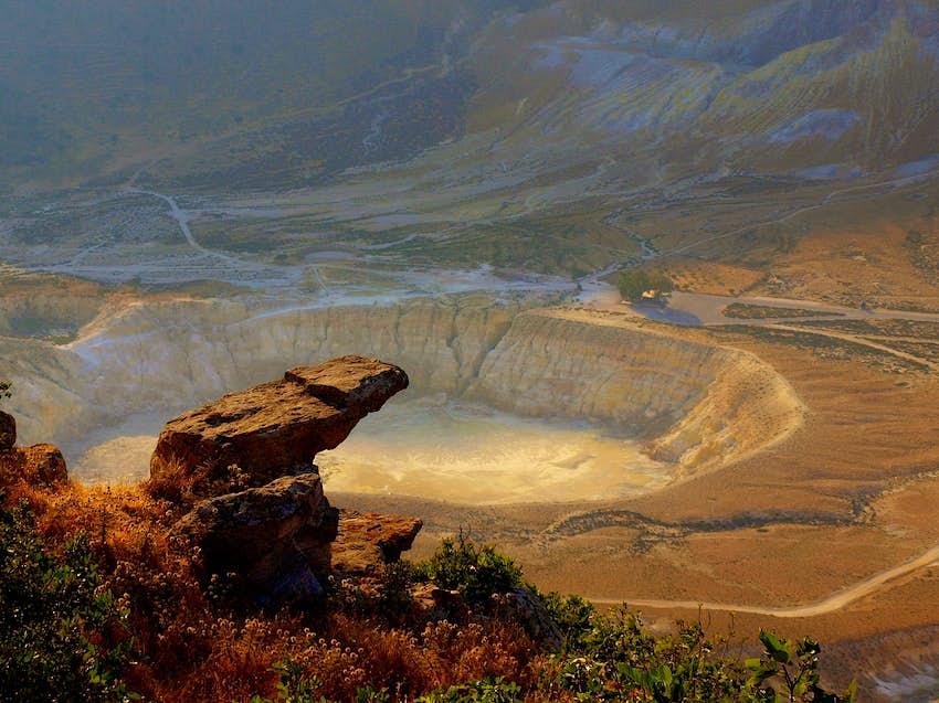 Εναέρια άποψη του κρατήρα του Στεφάνου, μια τεράστια τρύπα στο έδαφος της Νισύρου.  Οι εκτεθειμένοι λευκοί βράχοι δίνουν στον κρατήρα ένα σεληνιακό τοπίο.