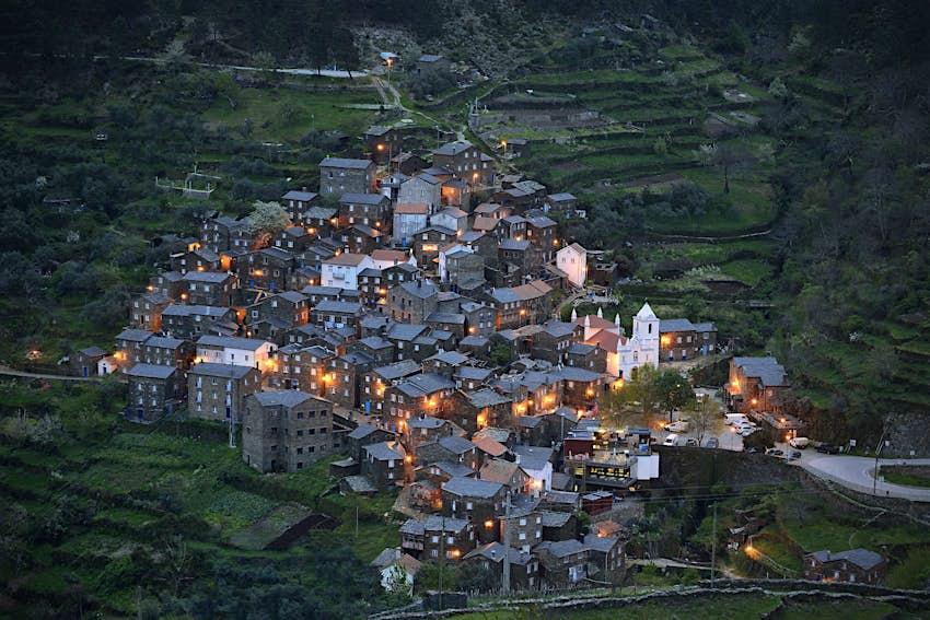 Aldeia do Piódão em Portugal. A rústica aldeia de montanha foi construída em uma encosta íngreme e consiste em várias casas tradicionais de pedra.