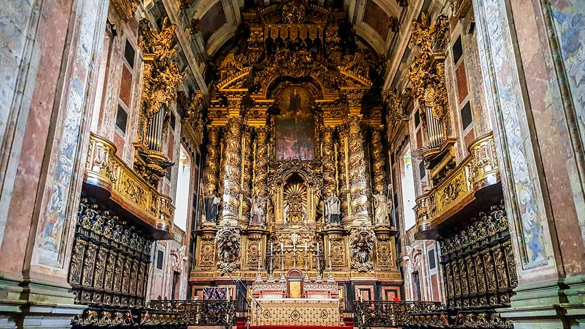 Baroque altar inside Sé cathedral