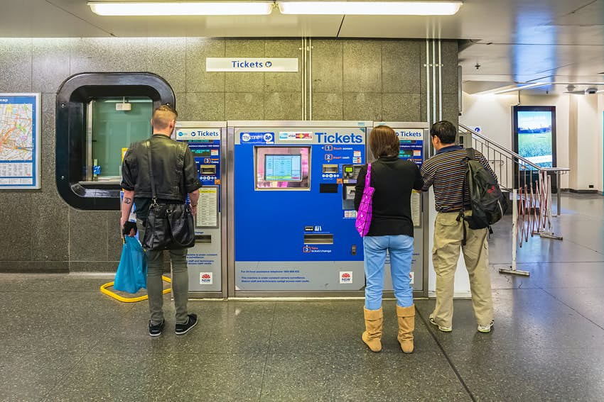 Mua vé từ máy bán hàng tự động ở ga xe lửa King Cross Sydney
