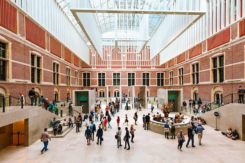 Un immense atrium au centre d'un musée rempli de visiteurs
