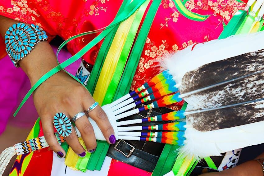 La mano de una mujer sosteniendo joyas nativas americanas en el mercado indio de Santa Fe Fashion Show