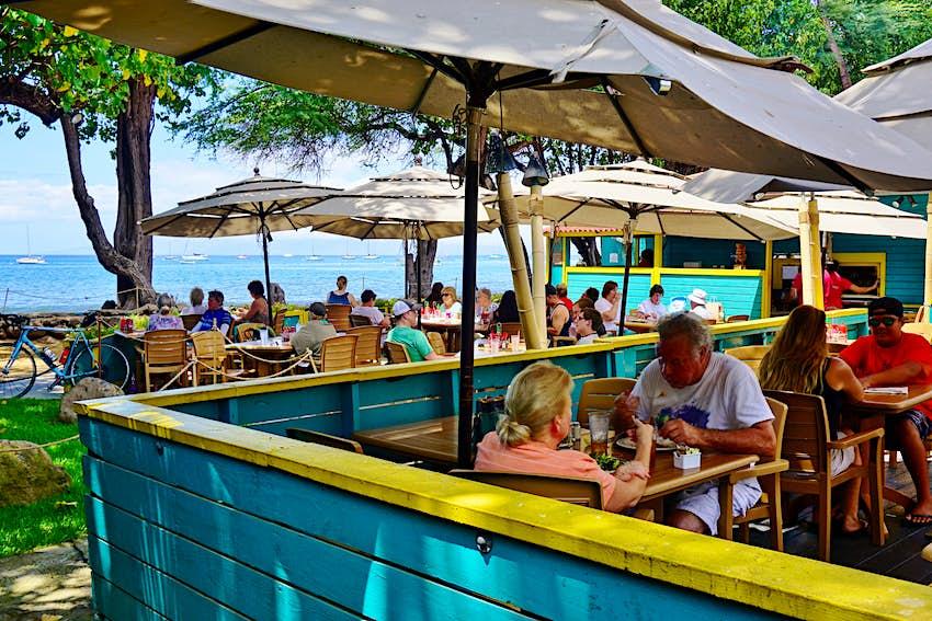 Aloha Mixed Plate, un popular restaurante de barbacoa junto a la playa con vistas a la playa en Lahaina
