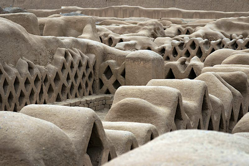 Close-up of adobe architecture at Chan Chan archeological site © Sergi Reboredo / Getty Images