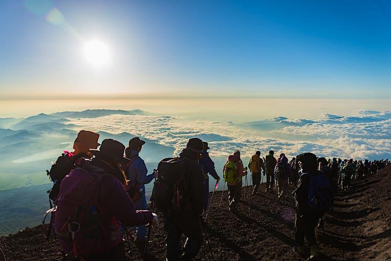 Người đi bộ tập trung trên những đám mây trên đỉnh núi Phú Sĩ; Những điều tốt nhất để làm vào mùa hè ở Nhật Bản