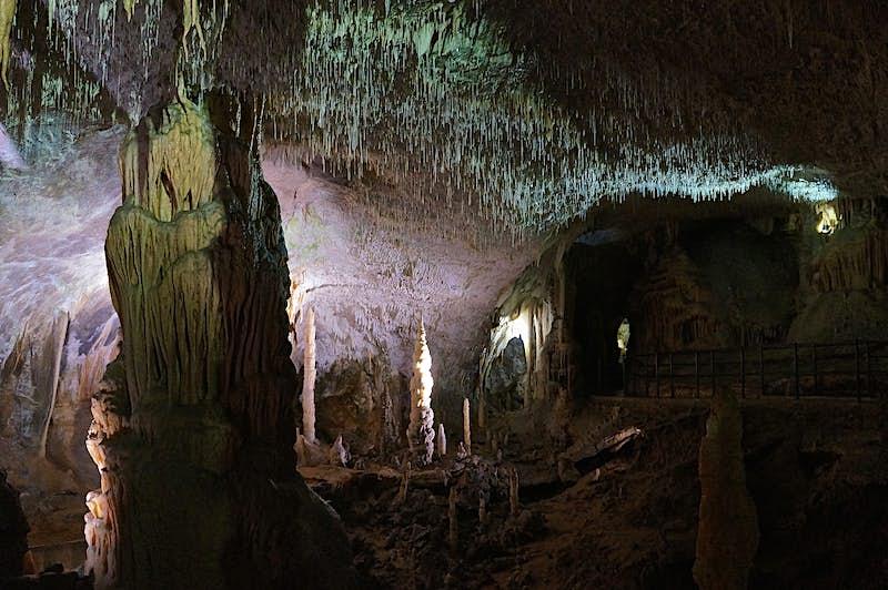 Formações rochosas, incluindo estalagmites e estalactites de espaguete em uma caverna