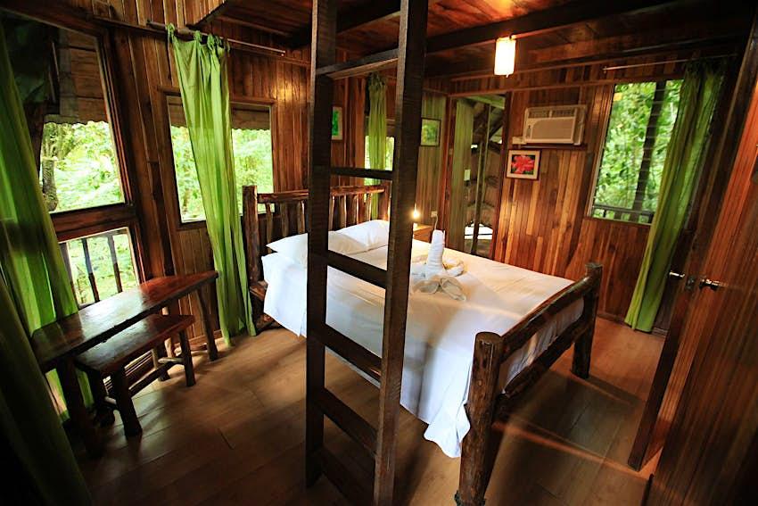 Interior del hotel Tree Houses en Costa Rica
