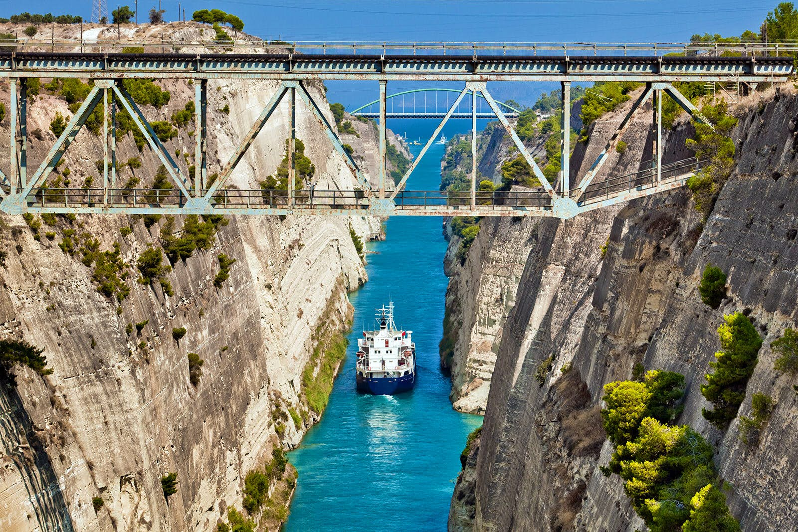 A boat crossing the Corinth Canal © Alexander Tolstykh / Shutterstock