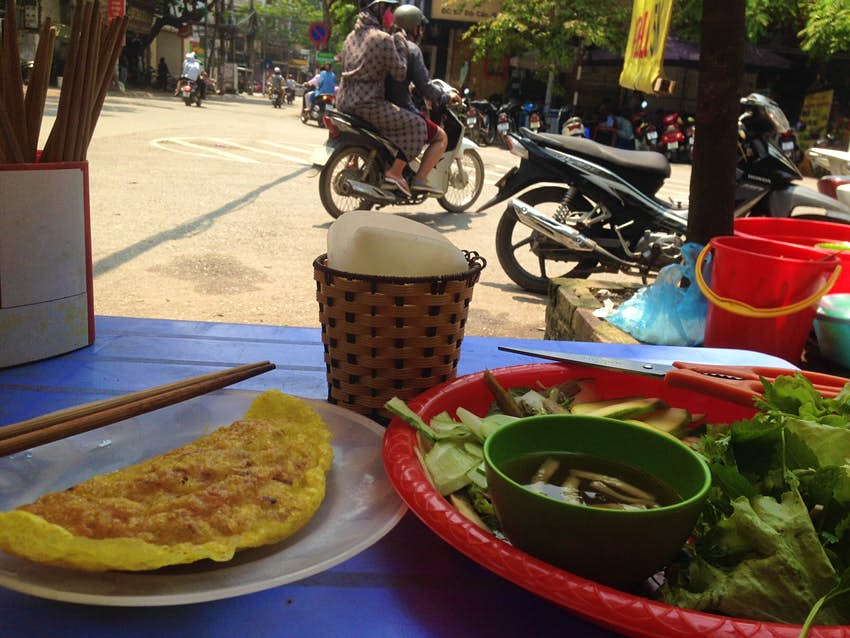 A streetside meal of banh xeo