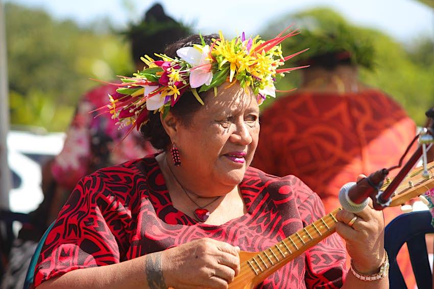 Погрузитесь в укулеле во время одного из выставочных дней страны Ниуэ