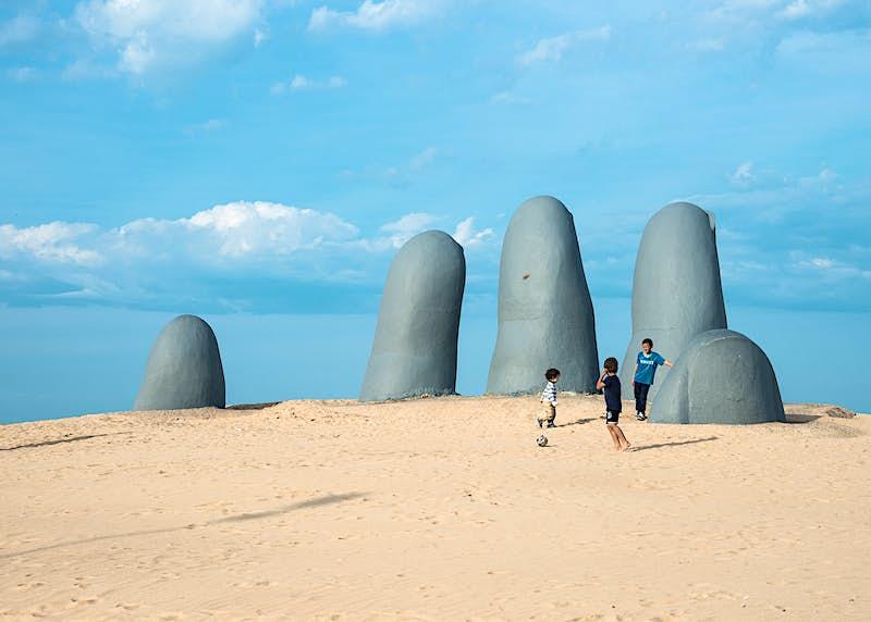 A sculpture on the beach in Punta del Este, Maldonado, Uruguay ©Ksenia Ragarina / Shutterstock