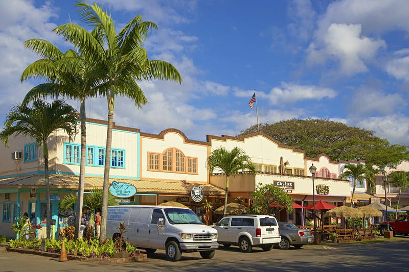Cars and stores at North Shore Marketplace, Haleiwa