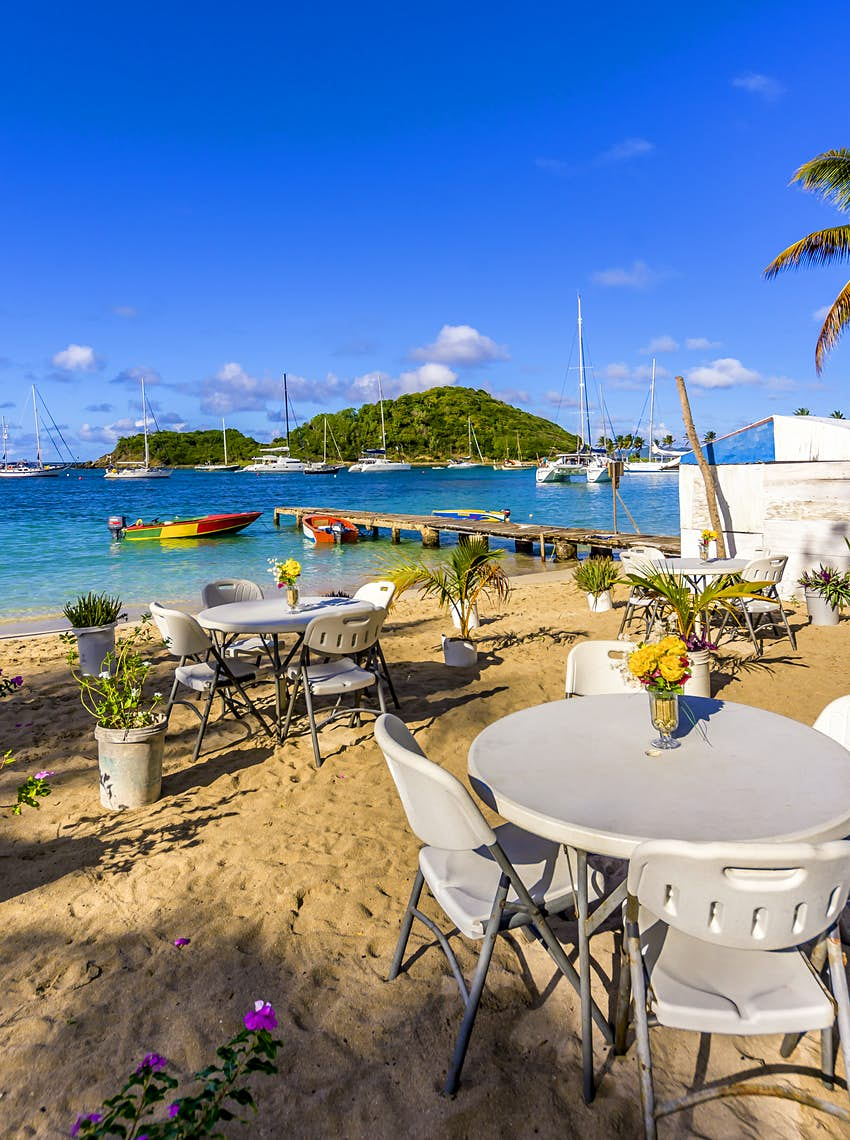 Features - Caribbean, Antilles, Lesser Antilles, Grenadines, Mayreau, Twassante Bay, seaside cafe at beach