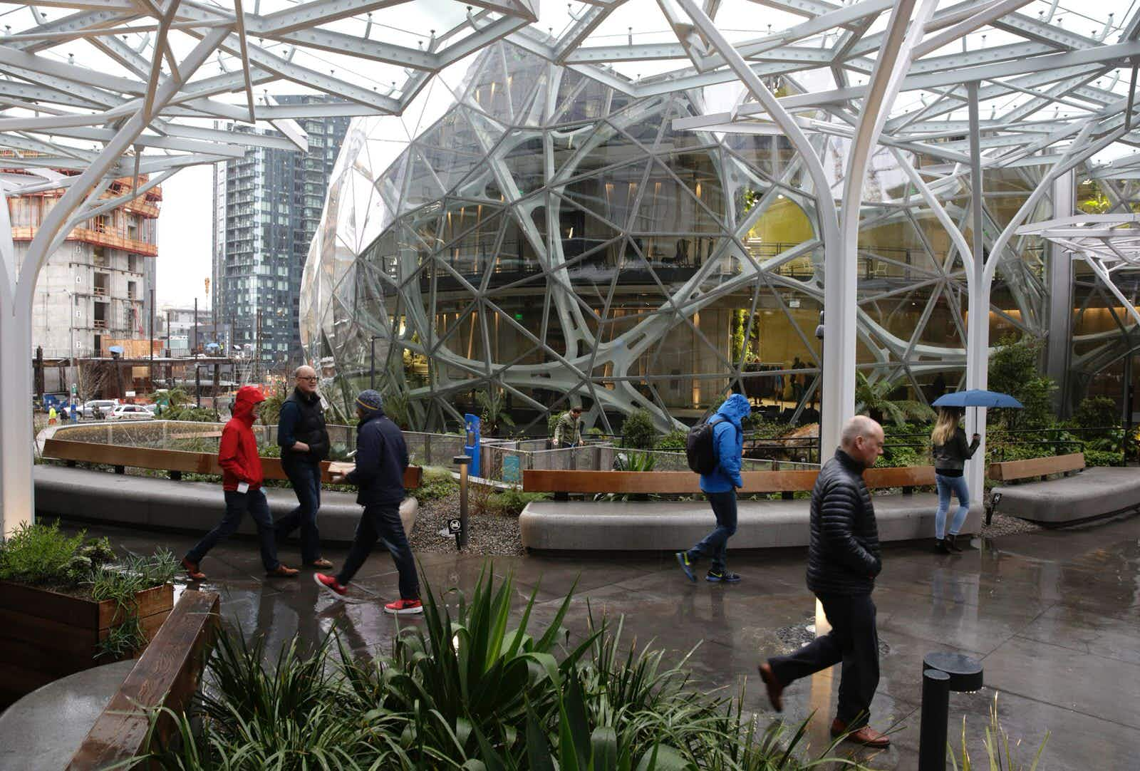 People take a tour during the grand opening of the Amazon Spheres, in Seattle © Jason Redmond/AFP/Getty Images