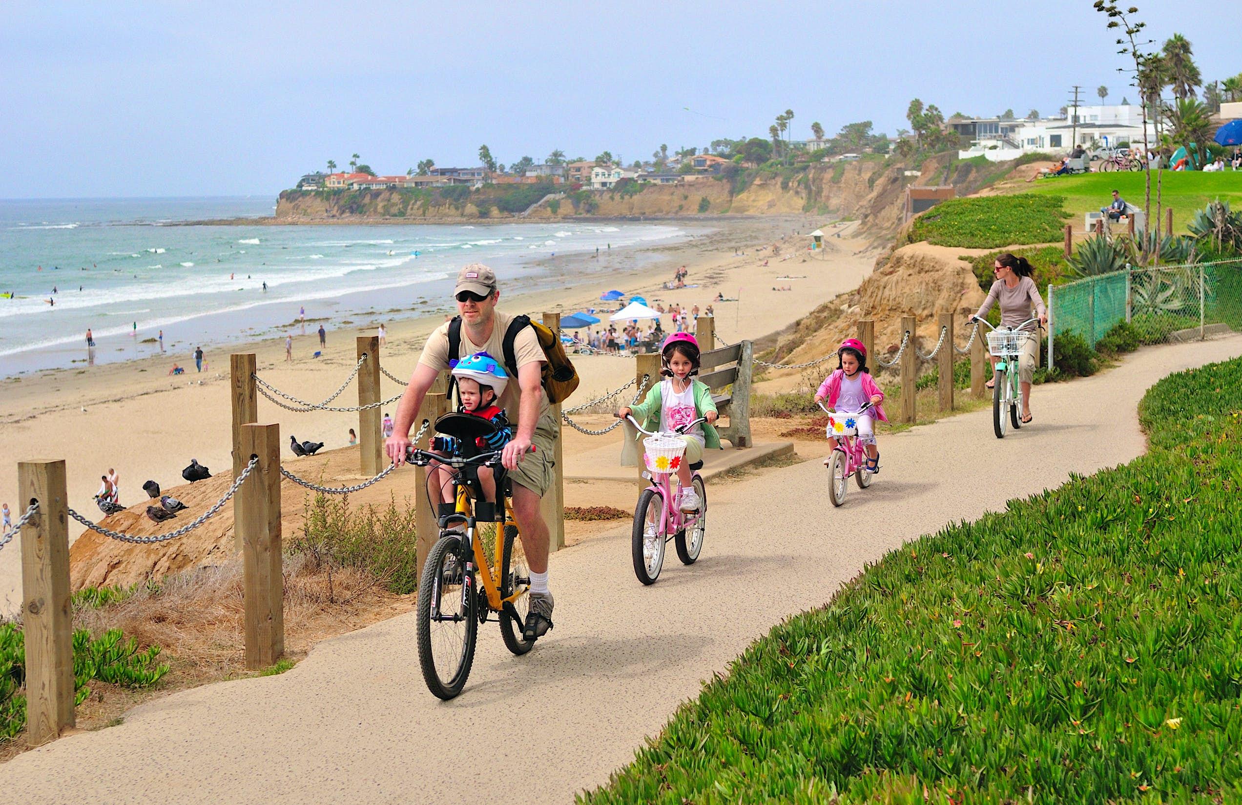 Family bikes near Scripps Park in La Jolla © San Diego Tourism Board