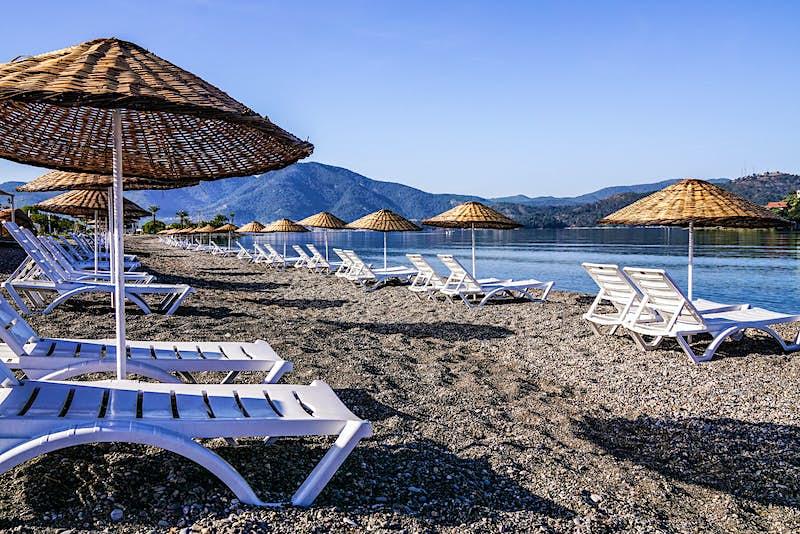 Koca Çalış beach in Fethiye, Turkey, complete with sunloungers © KenanOlgun / Getty Images
