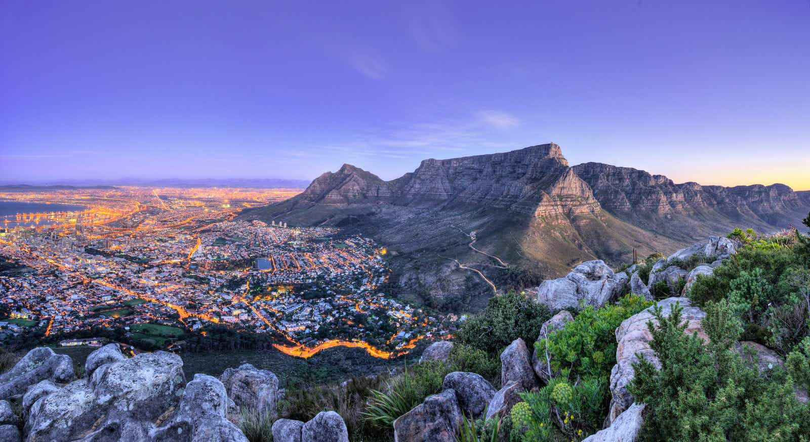 The lights come on as night falls over Cape Town and Table Mountain  © Quality Master / Shutterstock