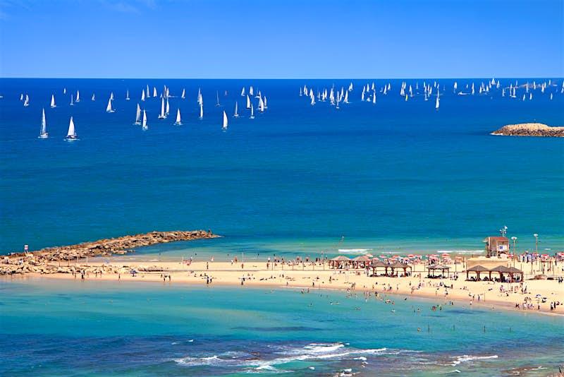 Vista panorâmica superior da praia de Tel Aviv e veleiros no Mediterrâneo © Protasov AN / Shutterstock