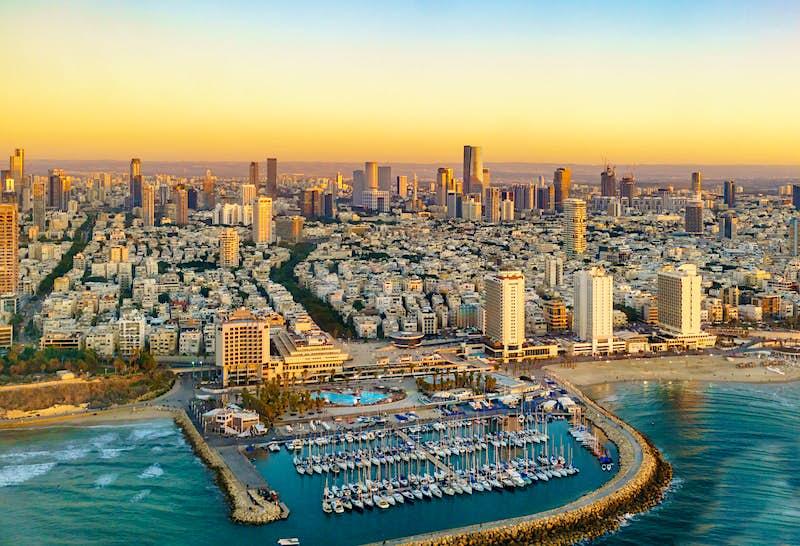Vista aérea do pôr do sol na costa mediterrânea de Tel Aviv, Israel © Boris-B / Shutterstock