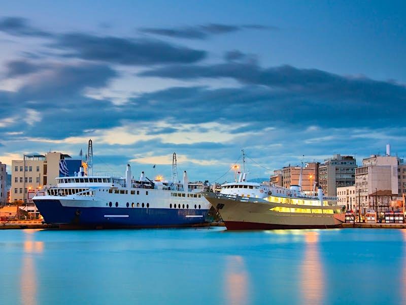 Evening in the port of Piraeus, the starting point for many Greek island-hoppingtrips © Milan Gonda / Shutterstock