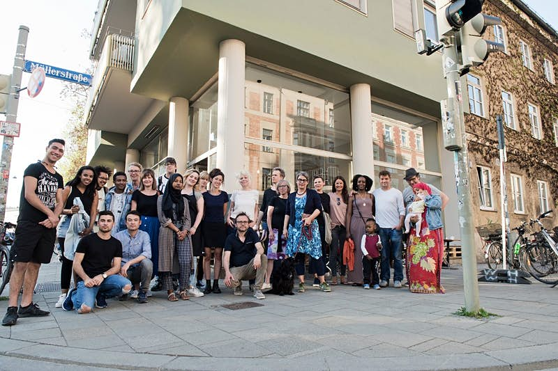 Munich society - Residential inhabitants of the two residential buildings at Müllerstrasse stand with the cafe team from Bellevue di Monaco ©2019 Bellevue di Monaco eG