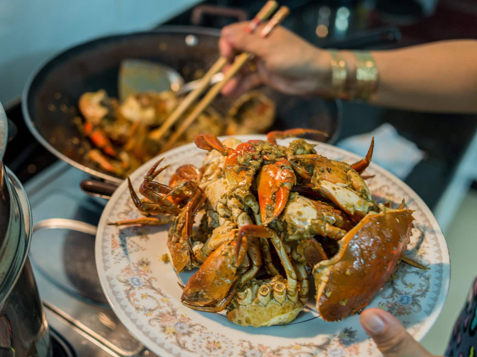 Preparing home-cooked chilly crab for dinner© SamuelBrownNG / Getty Images