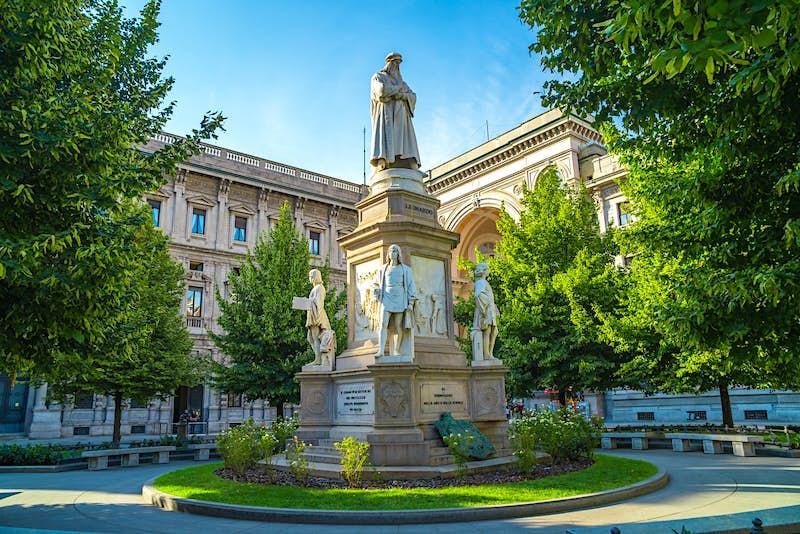 The marble statue of Leonardo in Milan'sPiazza della Scala