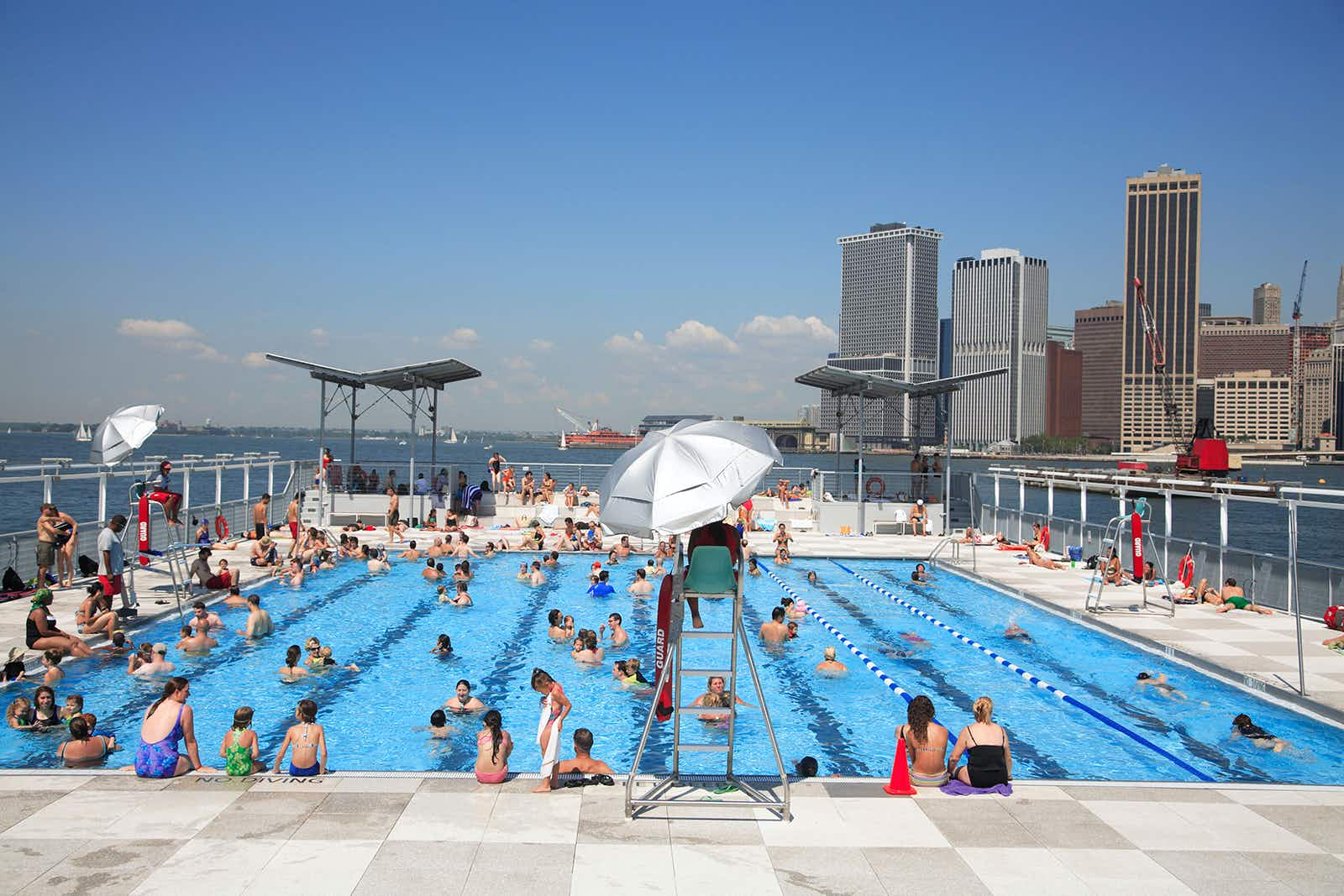 ADJY9M Floating Pool Lady Barge Brooklyn Bridge Park Beach with view of Manhattan skyline Brooklyn Heights New York City USA. Image shot 2007. Exact date unknown.