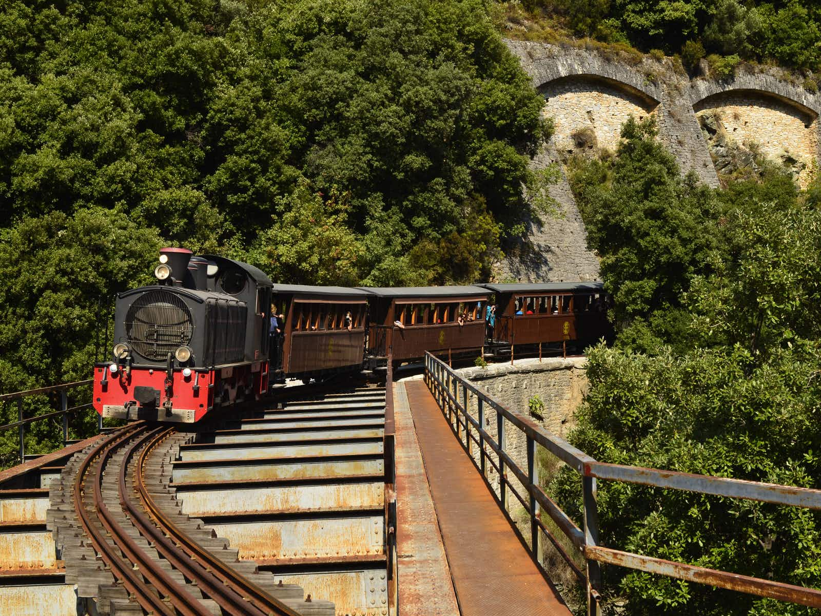 The heritage tourist train crossing a bridge in the mountains of Pelion © fritz16 / Shutterstock