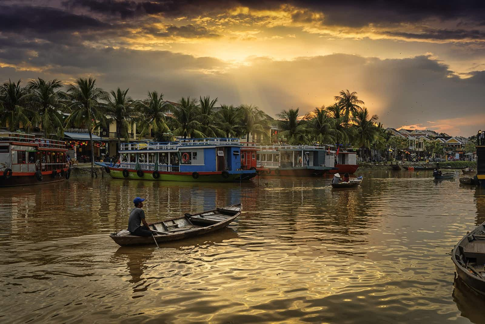 Sunset over Thu Bon River in Hoi An © Domingo Leiva / Getty Images