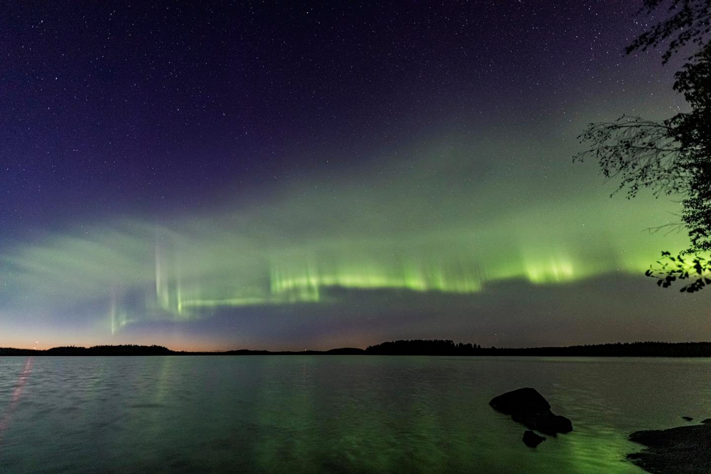 The auroral dunes appear as a green-tinged and even pattern of waves © Kari Saari