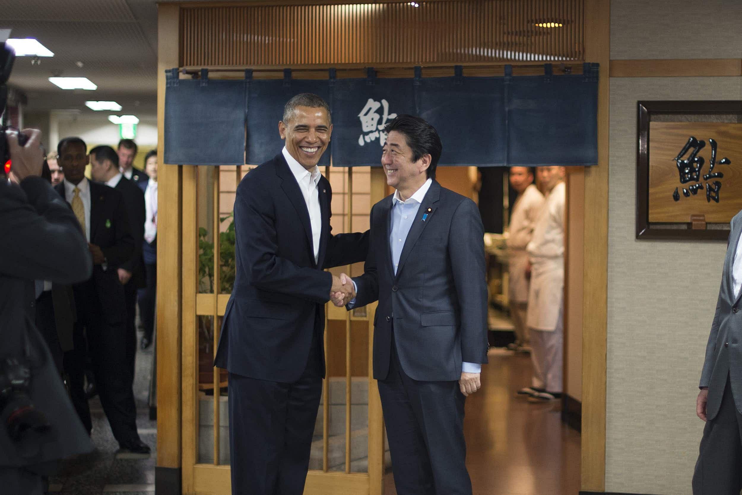 Barack Obama with Japanese prime minister Shinzo Abe outside Sukiyabashi Jiro © Jim Watson/AFP via Getty Images