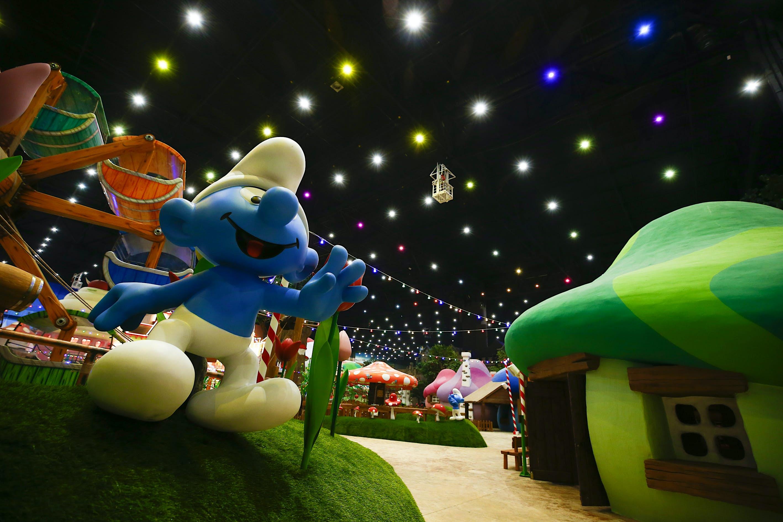 Atrações de Smurfs em um parque temático interno em Moscou
