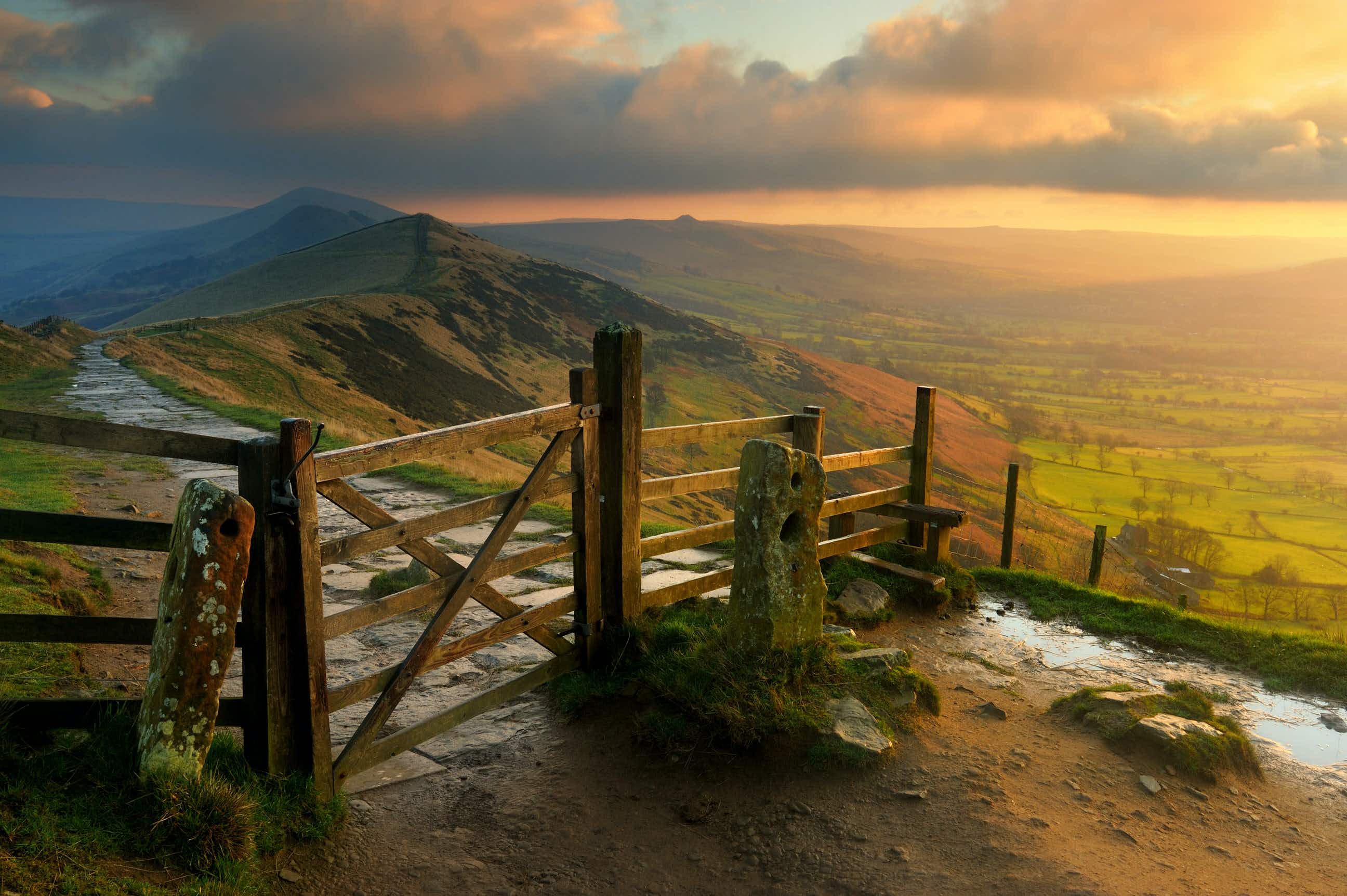 Sunrise over Mam Tor, in the Peak District National Park © Chris Hepburn / Getty Images