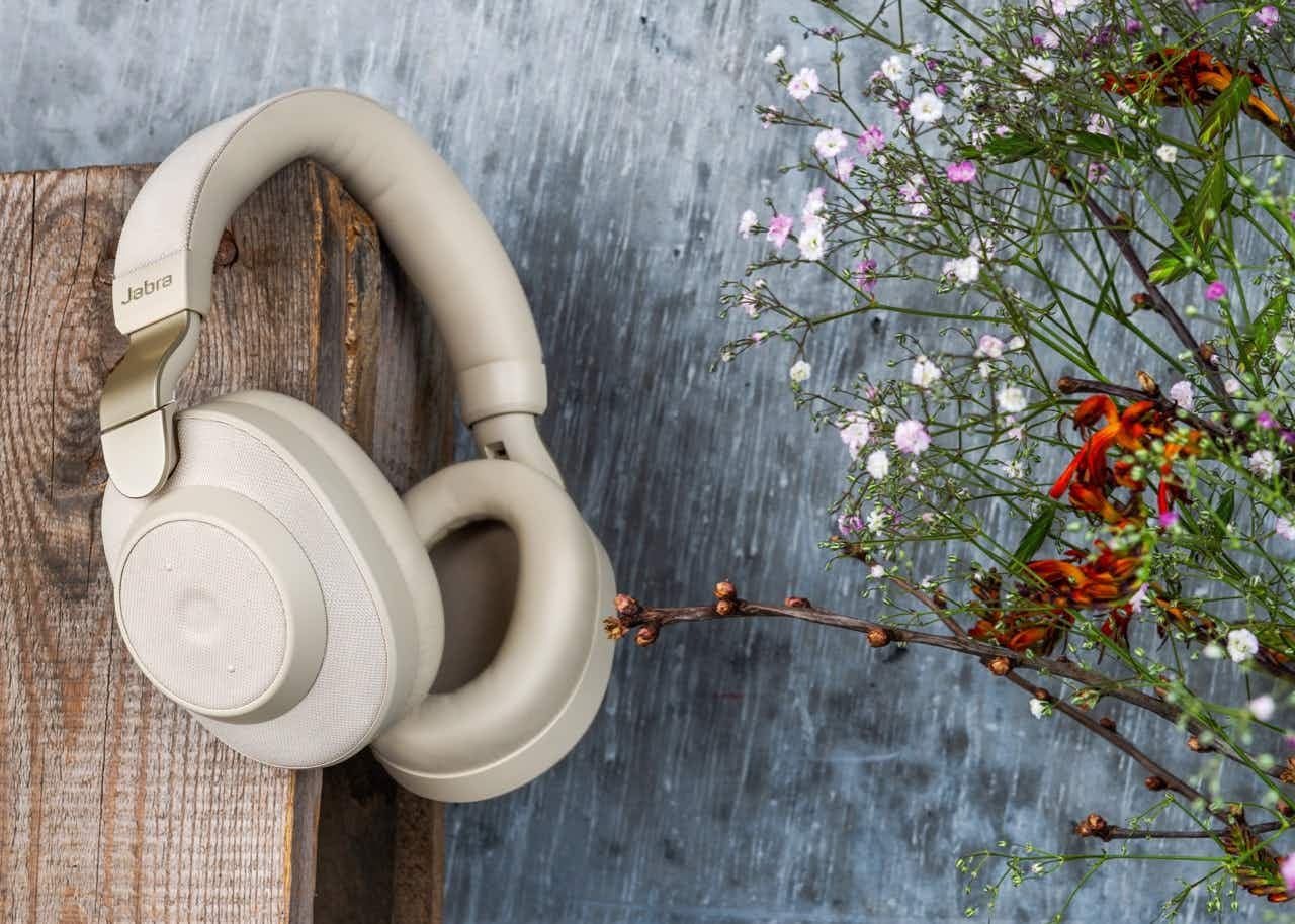 The Elite 85h headphones offer 36 hours of play time on a single charge. © Image courtesy of Jabra