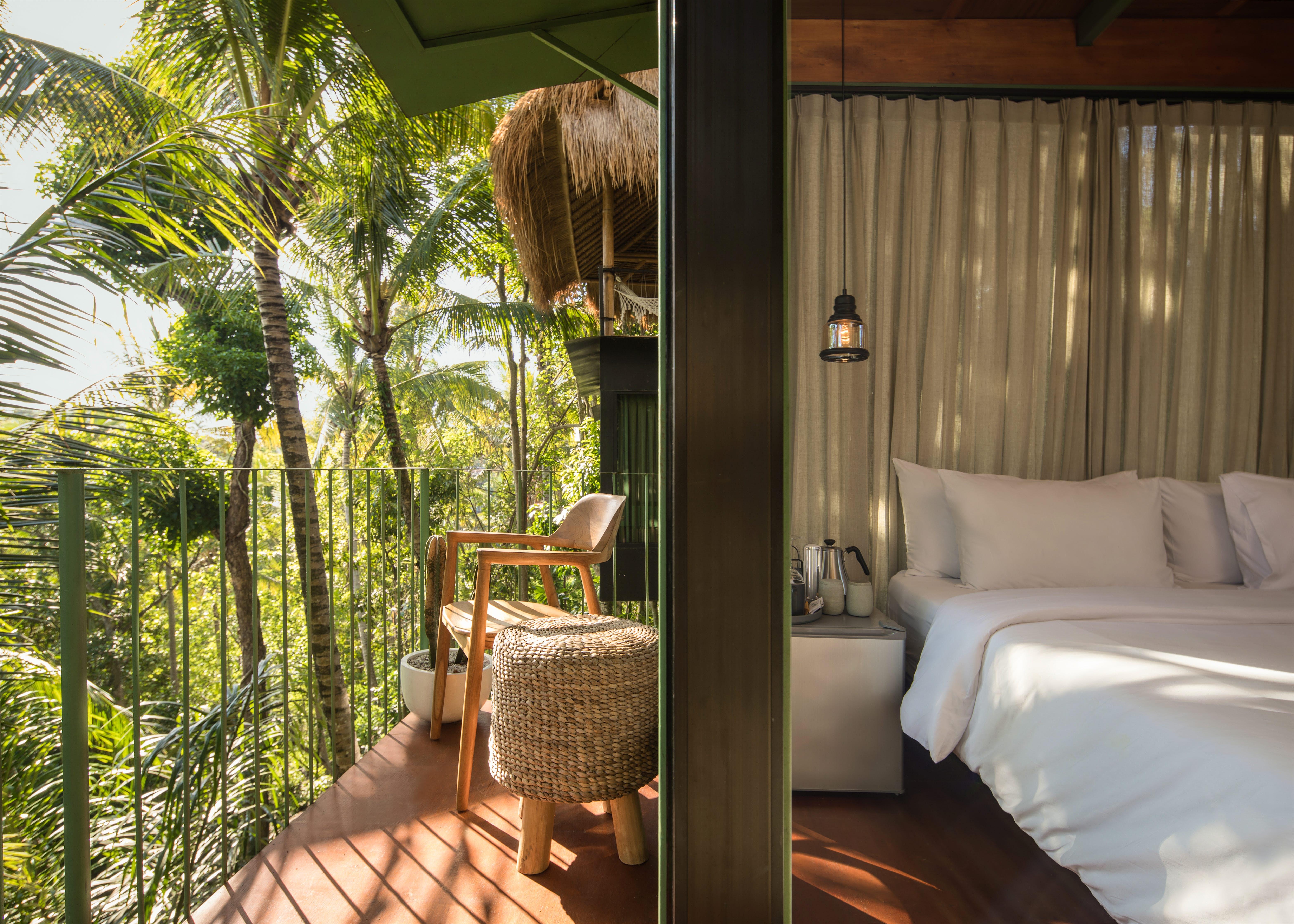 Foto da varanda de um alojamento de copas das árvores em uma selva de Bali